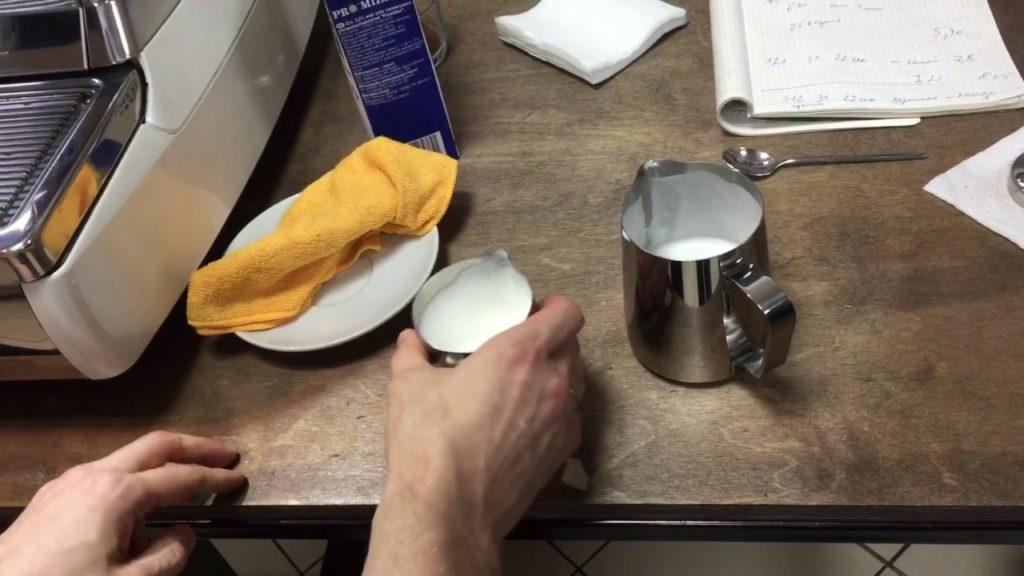 взбивание молока для латте
