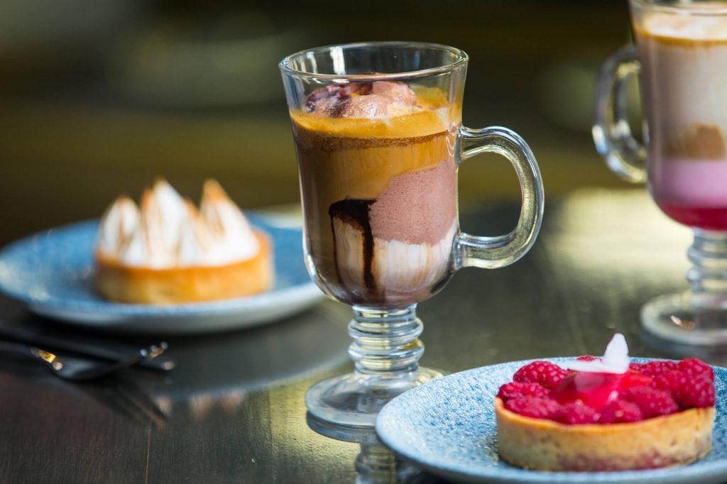 кофе с карамелью и мороженым