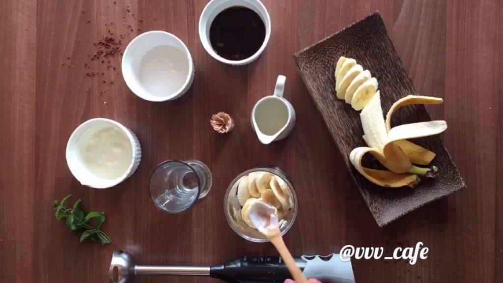 кофе с бананом и мороженым