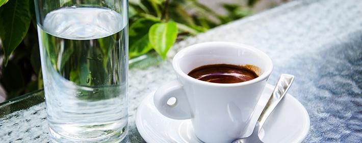почему кофе запивают водой
